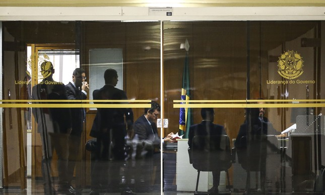 Polícia Federal realiza buscas no gabinete do senador e líder do governo Fernando Bezerra Coelho