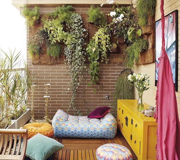 Neste projeto os pufes são mais baixos e trazem um ar mais intimista para a varanda (Foto: Victor Affaro/Editora Globo)