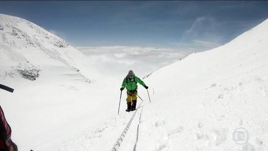 Clayton Conservani leva camisa do Brasil ao Monte Elbrus