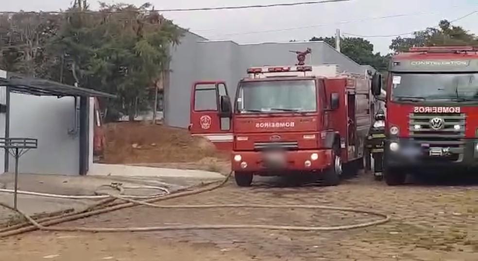 Casa em chamas mobiliza três caminhões do Corpo de Bombeiros em Avaré — Foto: Arquivo Pessoal