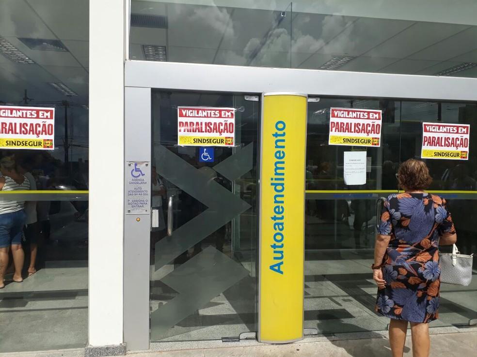 Apenas caixas eletrônicos funcionaram em algumas agências bancárias de Natal, durante paralisação de vigilantes (Foto: Alexandre Chompoo/Inter TV Cabugi)