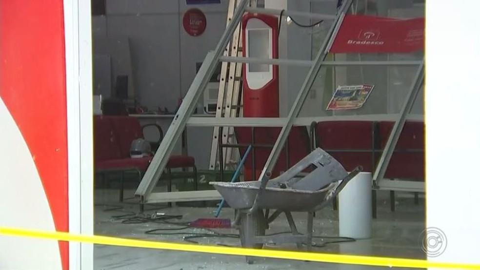 Criminosos invadiram banco de Guaraci (SP) e explodiram caixas eletrônicos (Foto: Reprodução/TV TEM)