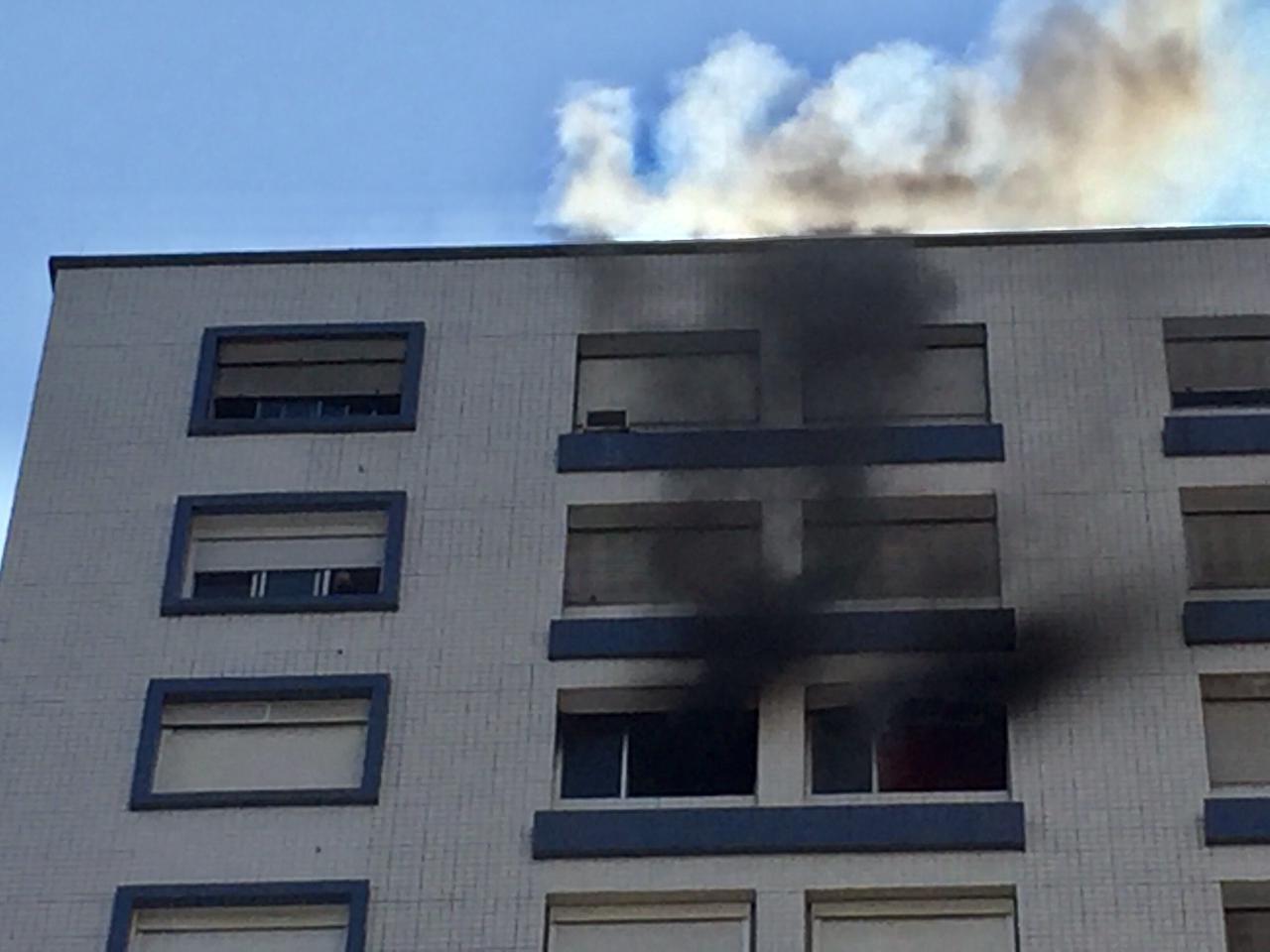 Apartamento pega fogo em Santos, SP, e mobiliza bombeiros