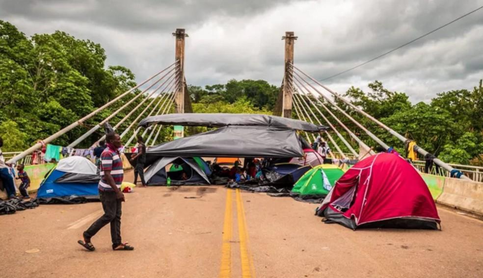 Imigrantes chegaram a ocupar a Ponte da Integração até a segunda-feira (8), em Assis Brasil  — Foto: Raylanderson Frota/Arquivo pessoal