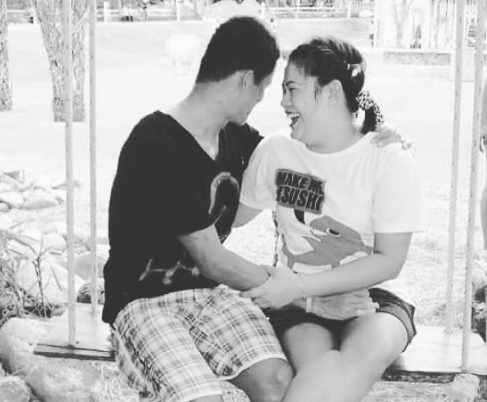 -  Valeepoan Kunan, viúva do mergulhador Saman Kunan que morreu em resgate de meninos em caverna na Tailândia, posta fotos do casal em sua conta no Inst