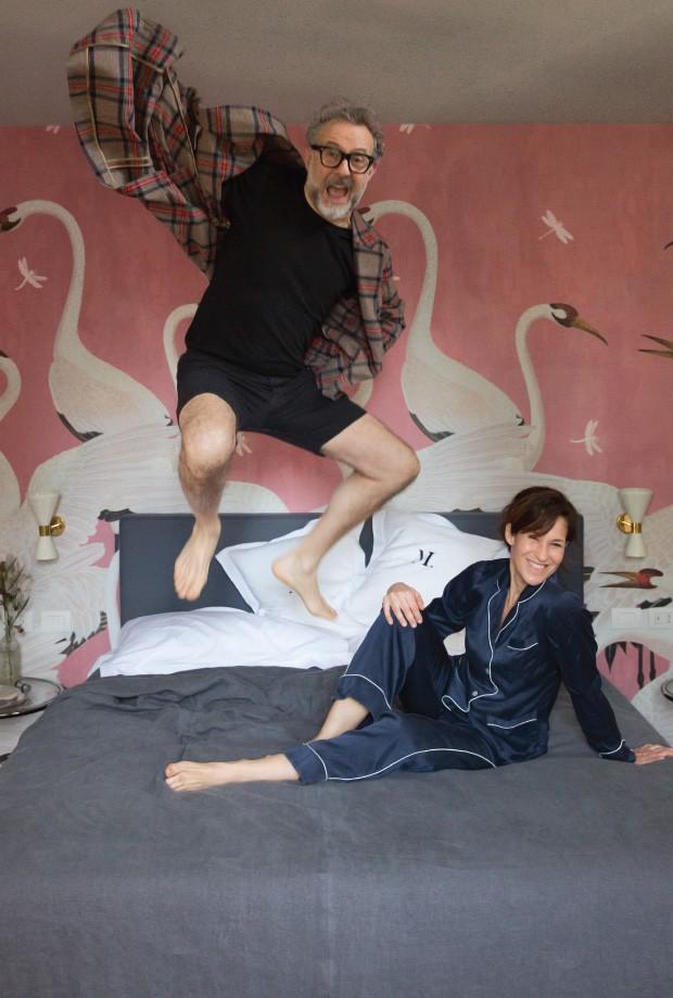 Living: Massimo Bottura e Lara Gilmore estreiam a cama da suíte rosa, com papel de parede Gucci e mesas de cabeceira anos 40 Eileen Gray (Foto: Filipo Bamberghi)