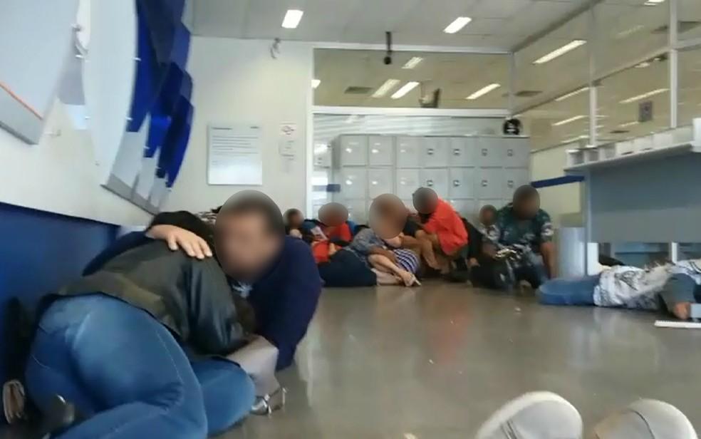 Clientes de banco se protegem de tiroteio durante tentativa de assalto a carro-forte em Guariba, SP — Foto: Reprodução/EPTV