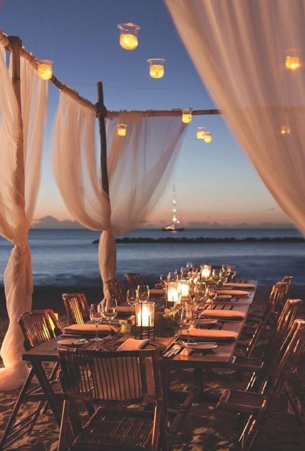 Casamento na praia: iluminação diferenciada (Foto: Pinterest/Reprodução)