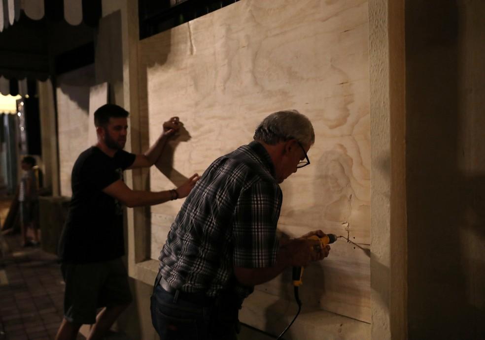 Na área turística de Mazatlan, janelas começam a ser lacradas — Foto: Henry Romero/Reuters