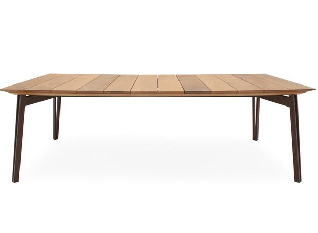 Mesa de jantar Hana, com estrutura de alumínio marrom e tampo de madeira Jequitibá, 2,40 x 1,20 x 0,74 m. Galeria das Lonas, de R$ 7.290 por R$ 6.190  (Foto: Divulgação)