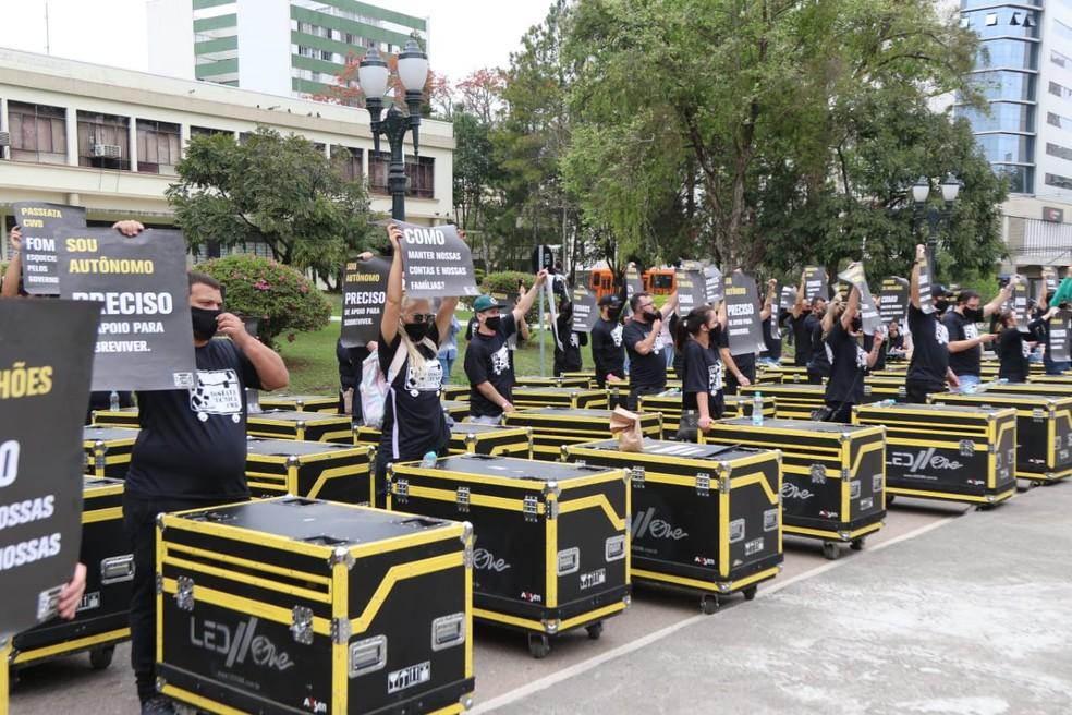 Profissionais de eventos se reuniram para protestar,m em Curitiba, nesta terça-feira (8) — Foto: Franklin de Freita/Divulgação