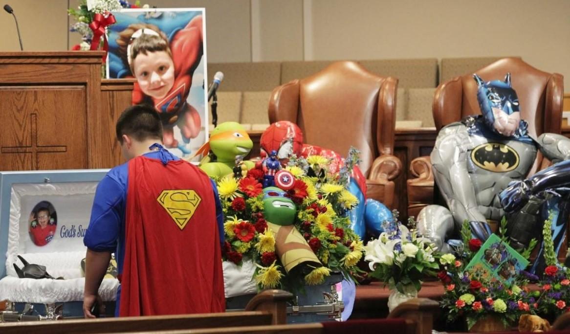 Temática de super-heróis no enterro de criança de 6 anos, vítima de tiroteio na Carolina do Sul (EUA)