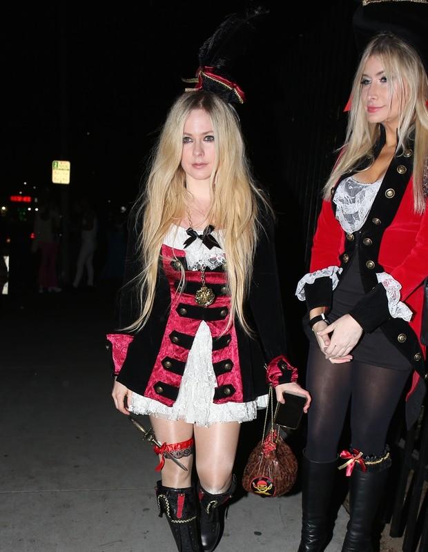 Hollywood, CA  - Avril Lavigne exits the Just Jared Halloween bash.Pictured: Avril LavigneBACKGRID USA 27 OCTOBER 2018 BYLINE MUST READ: Byrdman / BACKGRIDUSA: +1 310 798 9111 / usasales@backgrid.comUK: +44 208 344 2007 / uksales@backg (Foto: Byrdman / BACKGRID)