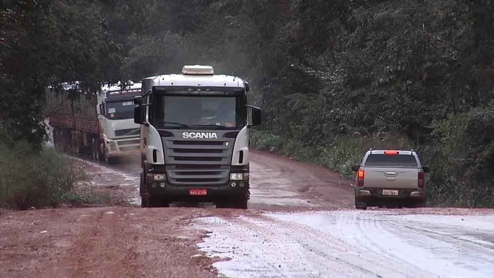 Caminhão ficou parado porque não conseguiu subir a ladeira na MA-006 (Foto: Reprodução/TV Mirante)