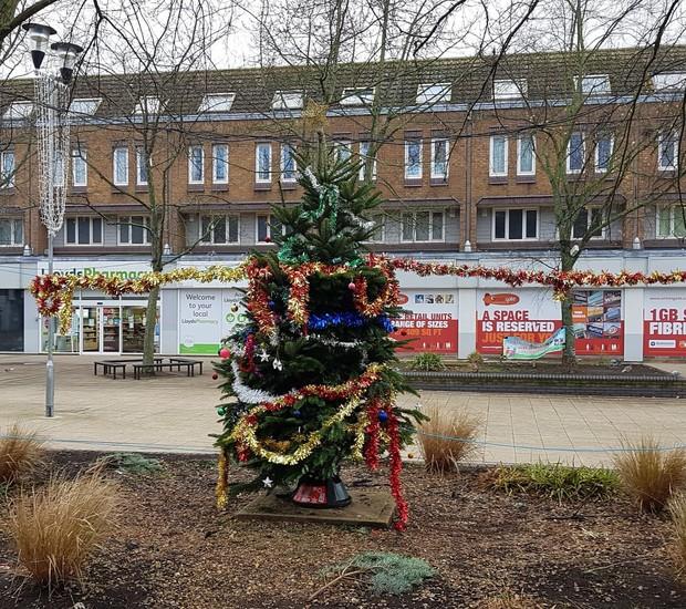 Essa árvore de Natal claramente não deu certo.  (Foto: Reprodução/ The Guardian)