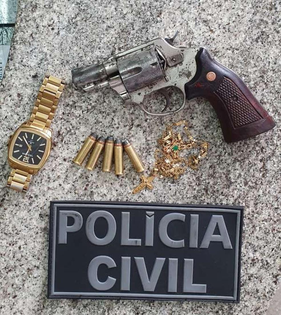 Relógio, arma e munições intactas foram apreendidos na ação — Foto: Divulgação/Polícia Civil