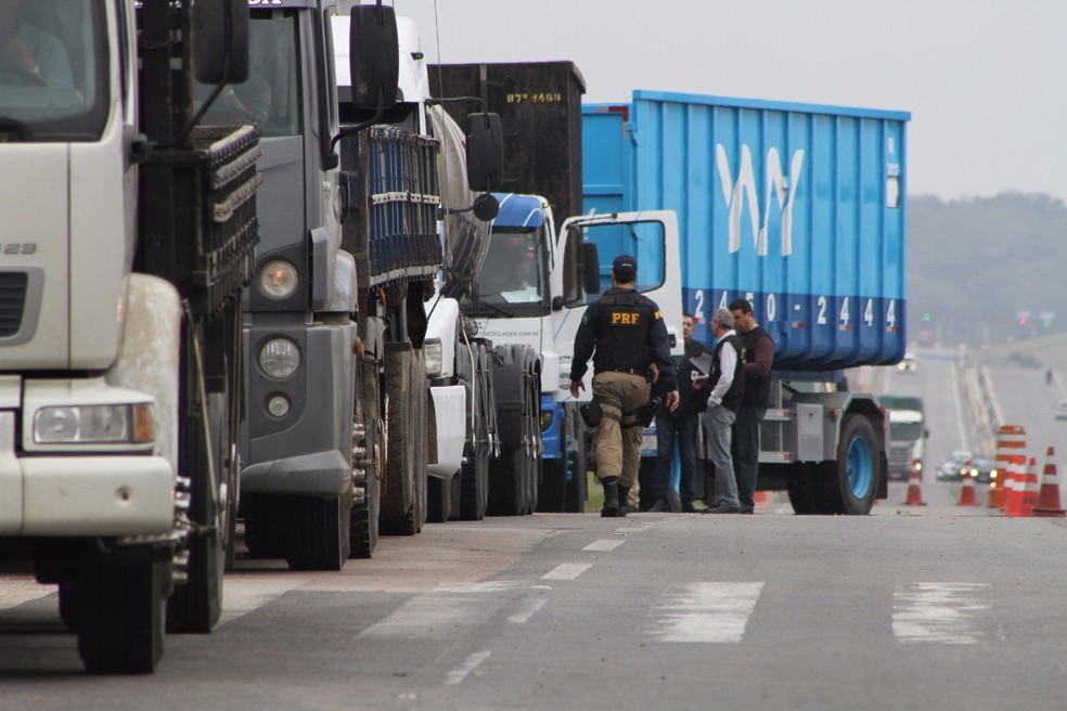 Liminar proíbe bloqueio de rodovias federais por caminhoneiros no Paraná (Foto: Divulgação/PRF)