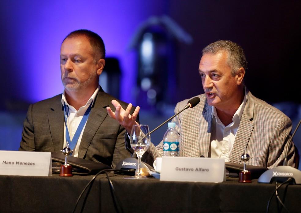 Gustavo Alfaro ao lado de Mano Menezes em congresso da Conmebol: técnico do Boca questionou punição — Foto: REUTERS/Jorge Adorno