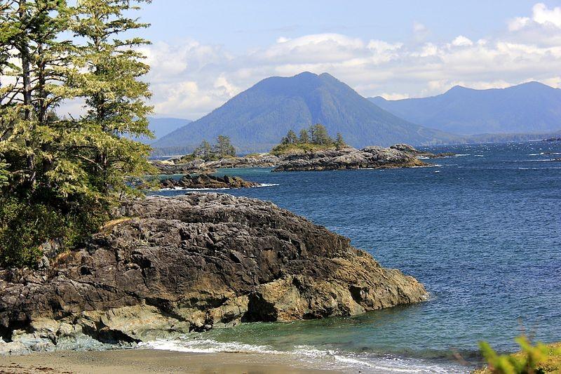 Praia da Ilha de Flores, na Indonésia (Foto: Toni Wöhrl/Wikimedia Commons)