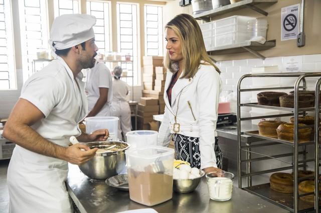 Pedro Carvalho e Glamour Garcia em 'A dona do pedaço' (Foto: Globo/João Miguel Júnior)