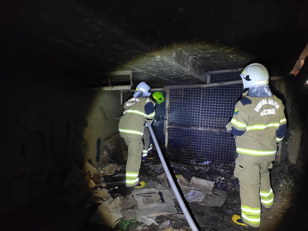 Bombeiros foram acionadas para apagar fogo próximo a ponte em Rio Branco — Foto: Arquivo/Corpo de Bombeiros