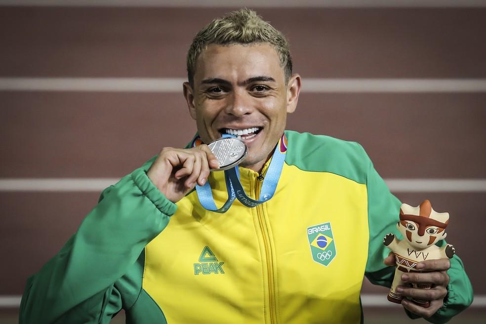 Altobeli da Silva com a prata dos 5000m  — Foto: Wander Roberto/COB