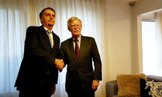 Bolsonaro recebe o americano John Bolton, a quem bateu continência