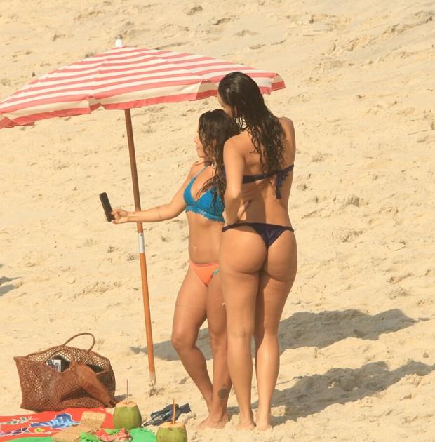 Débora Nascimento e Maria Carol fazem selfie na Praia do Arpoador (Foto: JC Pereira/AgNews)