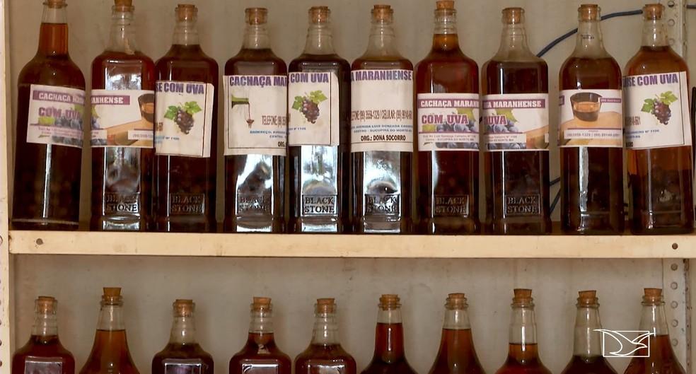 Produção de cachaça também é outra fonte de sustento e tradição em Sucupira do Norte (Foto: Reprodução/TV Mirante)