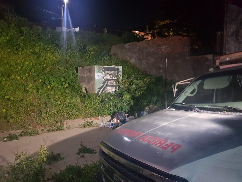 Moradores acionaram a polícia após encontrar o cadáver — Foto: Rafaela Duarte/Sistema Verdes Mares