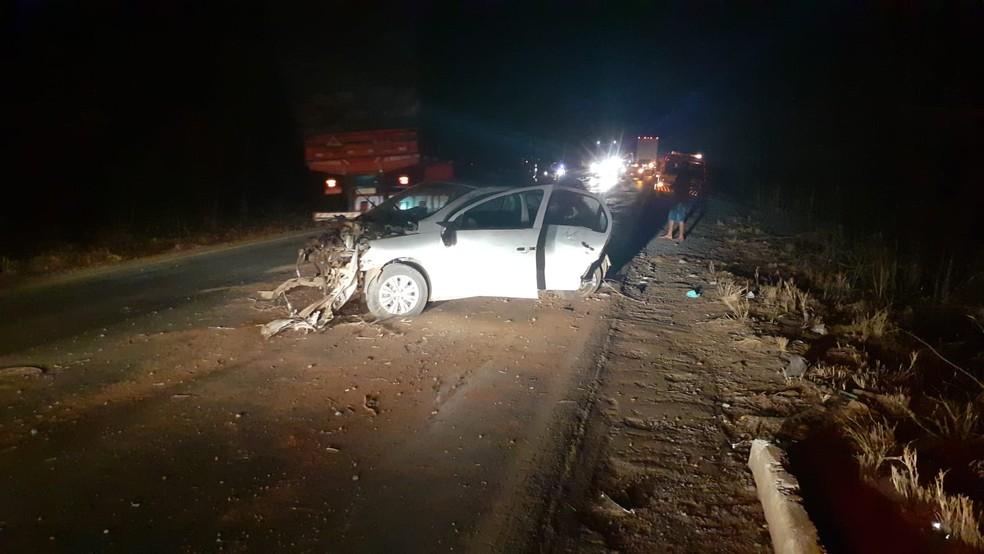 Carro bateu em árvores na altura do km-169 — Foto: Corpo de Bombeiros/ Divulgação