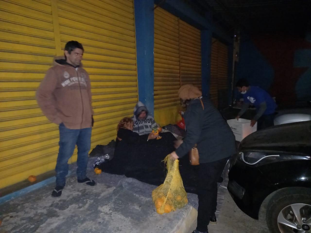 Voluntários percorrem pontos de Mogi em noite de frio intenso para ajudar pessoas em situação de rua