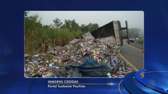 Caminhão carregado com materiais recicláveis tomba em rodovia