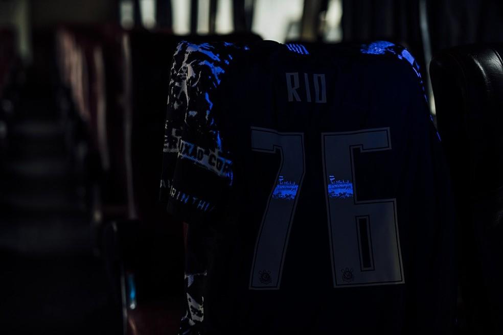 Detalhe da nova camisa do Corinthians em luz negra — Foto: Divulgação/Nike