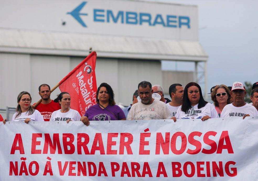 Trabalhadores da Embraer protestam contra o acordo da companhia com a Boeing, em São José dos Campos — Foto: Roosevelt Cassio/Reuters