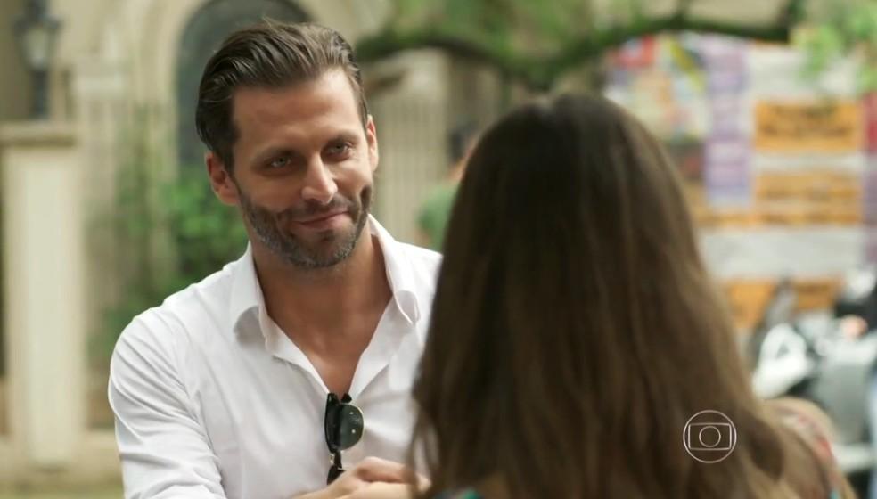 Henri Castelli pede informação a Cassandra (Juliana Paiva), na novela 'Totalmente Demais' — Foto: Globo