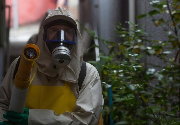 Funcionários da Secretaria da Saúde espalham fumaça - o chamado fumacê - para combater o mosquito Aedes aegypti, transmissor da zika e da dengue, em ruas de Recife, Pernambuco (Foto: Mario Tama/Getty Images)