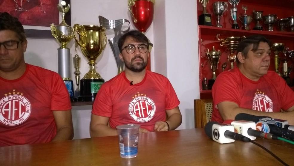 Luizinho Lopes é apresentado oficialmente pelo América-RN — Foto: Oscar Xavier/Inter TV Cabugi