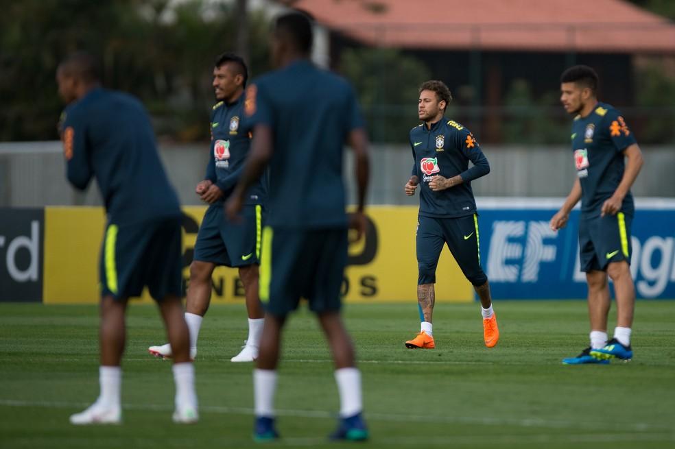Neymar durante o treinamento no campo nesta quinta-feira (Foto: Pedro Martins/MoWA Press)