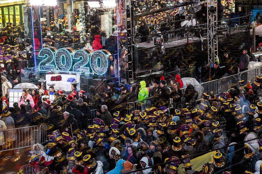 Público lota a Times Square e festeja a chegada de 2020 em Nova York — Foto:  REUTERS/Amr Alfiky