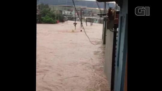 Água invade casas na Grande SP e moradores se arriscam com água na rua; veja vídeo