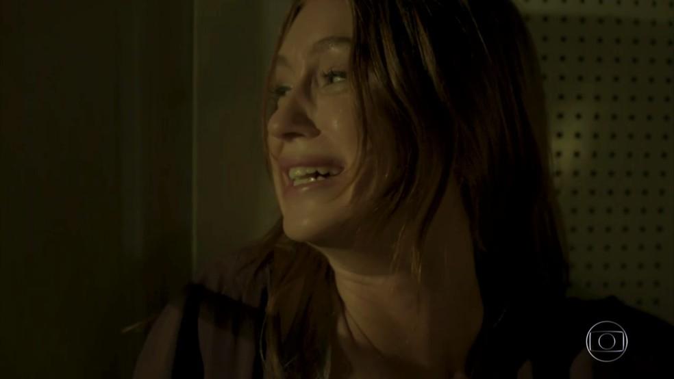 Eliza (Marina Ruy Barbosa) se desespera com ameaças — Foto: TV Globo