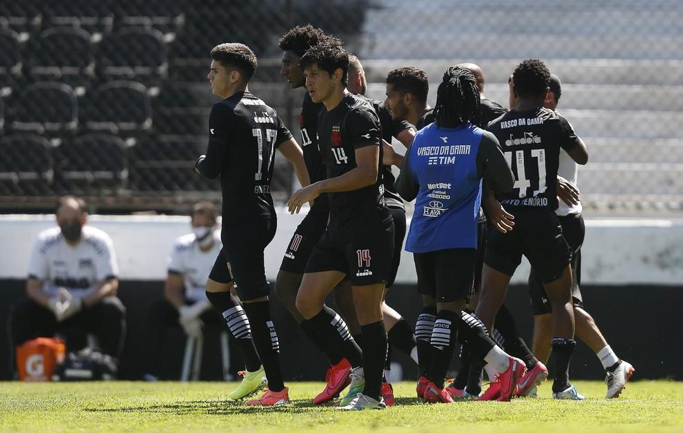 Jogadores do Vasco cercam Fellipe Bastos na comemoração do gol do volante — Foto: Rafael Ribeiro/Vasco