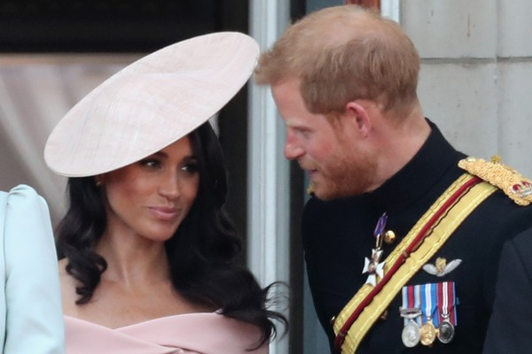 LONDON, ENGLAND - JUNE 09:  Meghan, Duchess of Sussex and Prince Harry, Duke of Sussex on the balcony of Buckingham Palace during Trooping The Colour on June 9, 2018 in London, England. The annual ceremony involving over 1400 guardsmen and cavalry, is bel (Foto: Getty Images)