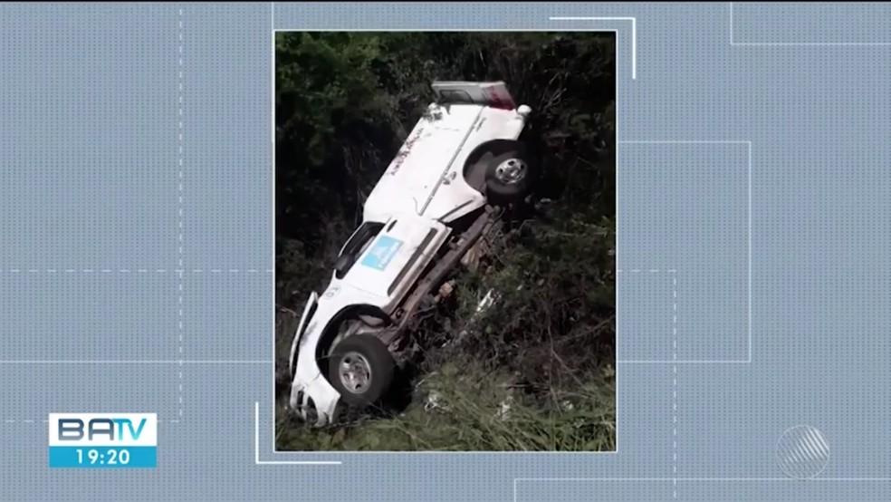 Pai e filho morrem após ambulância capotar na BA — Foto: Reprodução/TV Subaé