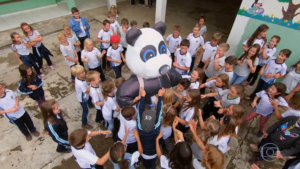 Luciano Huck se veste de urso inflável e surpreende crianças, em escola pública do interior do Paraná  — Foto: TV Globo