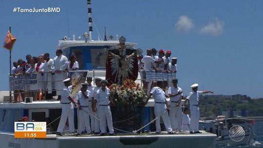 Fiés e religiosos participam da procissão marítima na Baía de Todos de Santos
