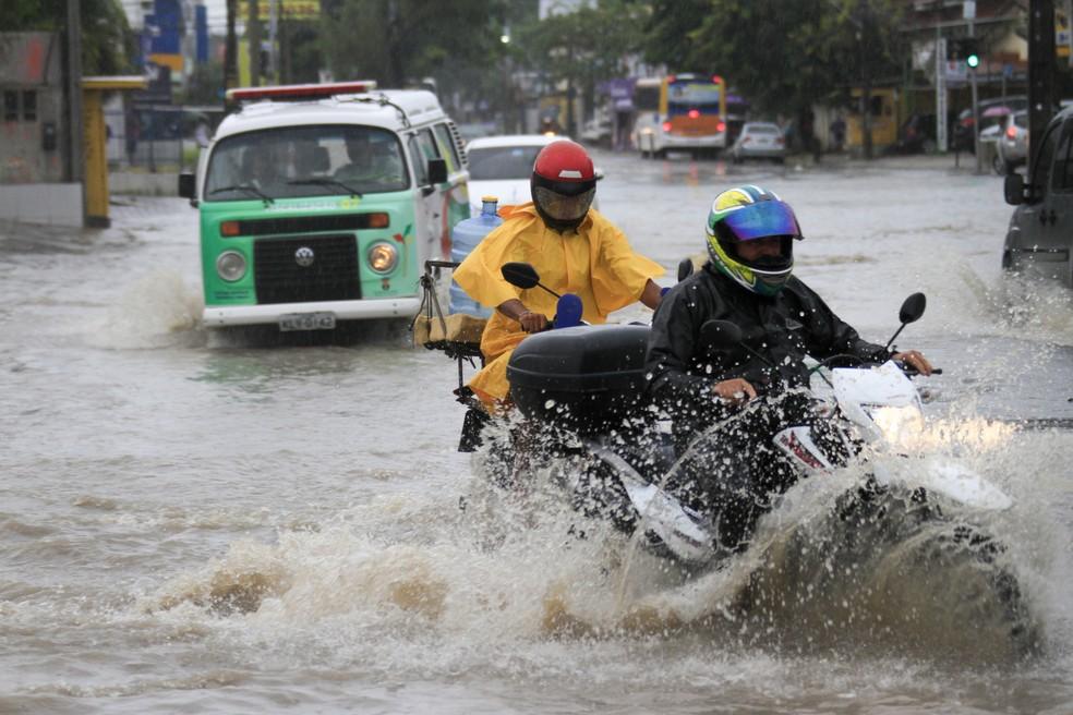 Chuva tem provocado alagamentos em cidades de Pernambuco (Foto: Bobby Fabisak/JC Imagem/Estadão Conteúdo)