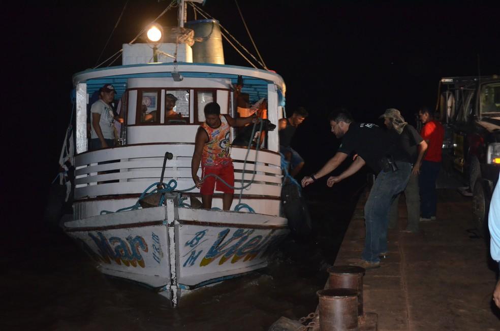 -  Embarcação aportou no bairro Prainha e os peixes foram doados  Foto: Geovane Brito/G1