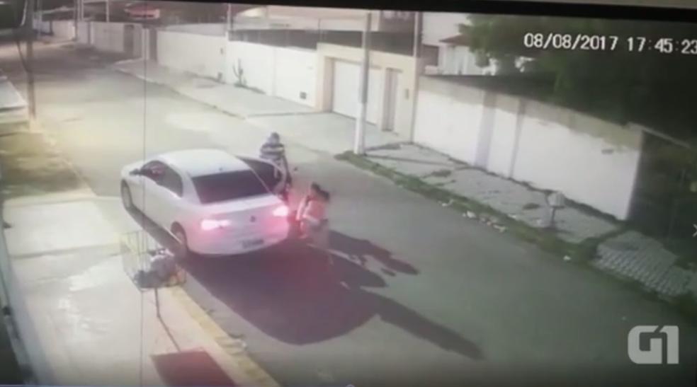 Mulher tira criança de dentro de carro durante assalto em Natal (Foto: Reprodução)